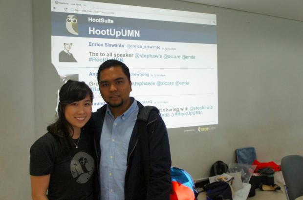 Community Celebratoire HootSuite berpose bersama Bapak Blogger Indonesia, Pak Enda Nasution