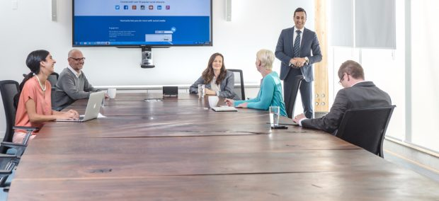 Hootsuite-training-people-boardroom-presentation-1200x550