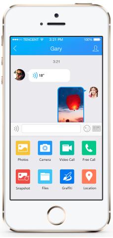 iPhone affichant des messages instantanés sur l'application QQ